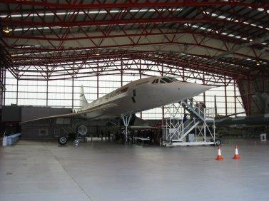 Concorde_001_(G-AXDN),_Imperial_War_Museum_Duxford_Hangar_1,_Showbus_2004